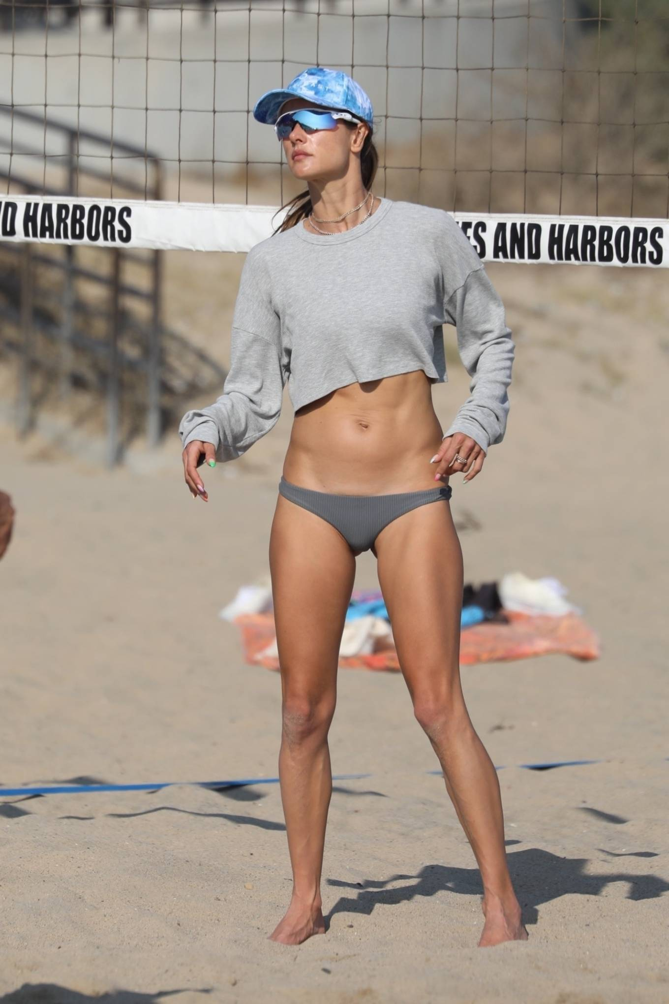 Alessandra Ambrosio rocking a relaxed fit grey crop top with full sleeves and a crew neck