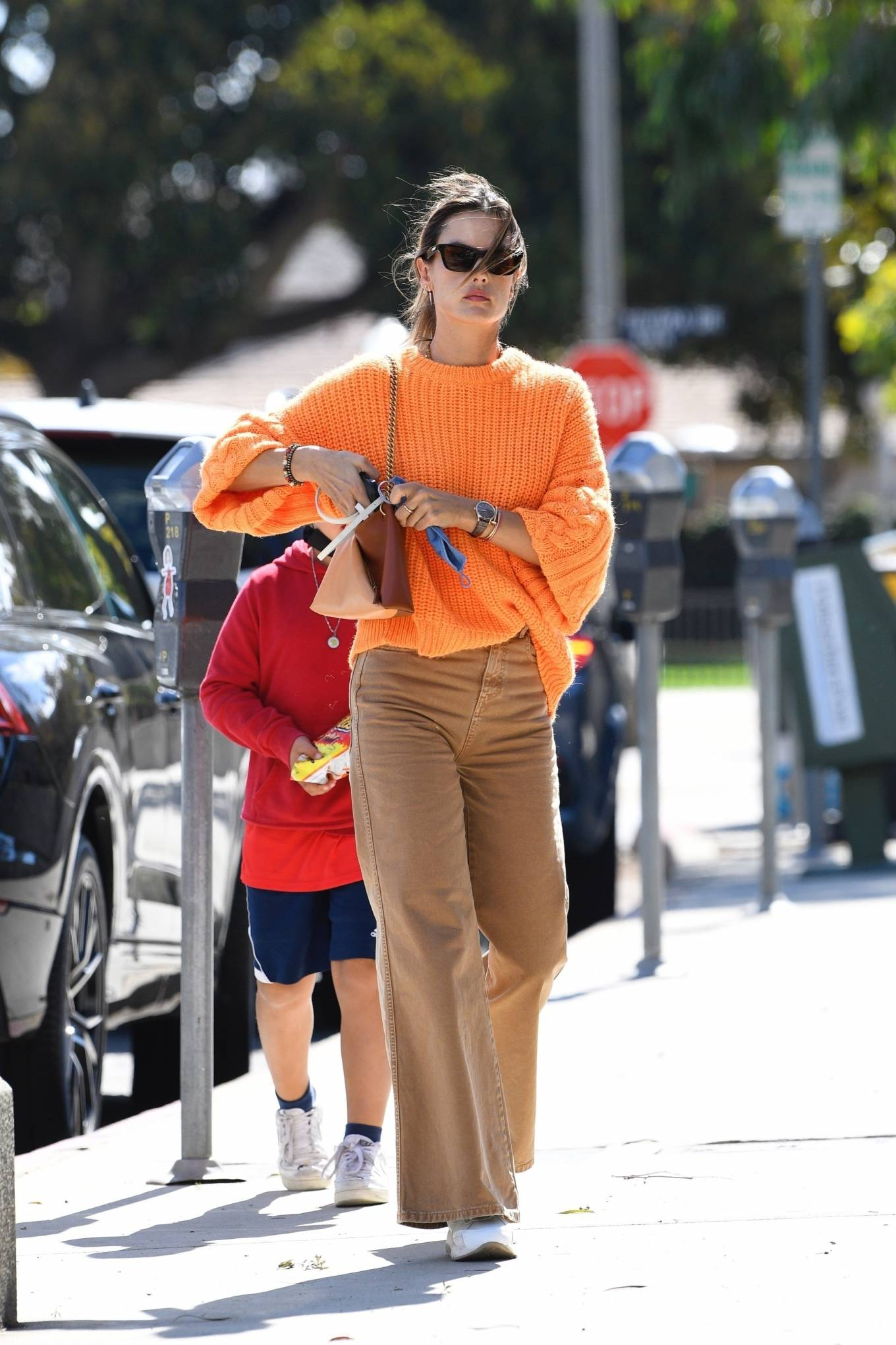Alessandra-Ambrosio-white-leather-sneakers-street-style-2021
