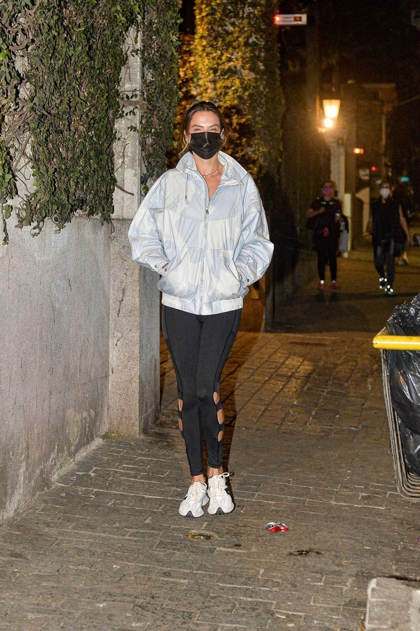 Alessandra-Ambrosio-white-and-black-sneakers-street-style-autumn-winter-2021