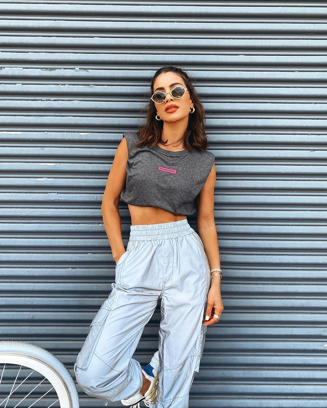 Camila Coelho, Colcci  crop top, grey  crop top, grey Colcci joggers, white sneakers, brand logo, stomach length, sleeveless, round neck, casual, black sunglasses