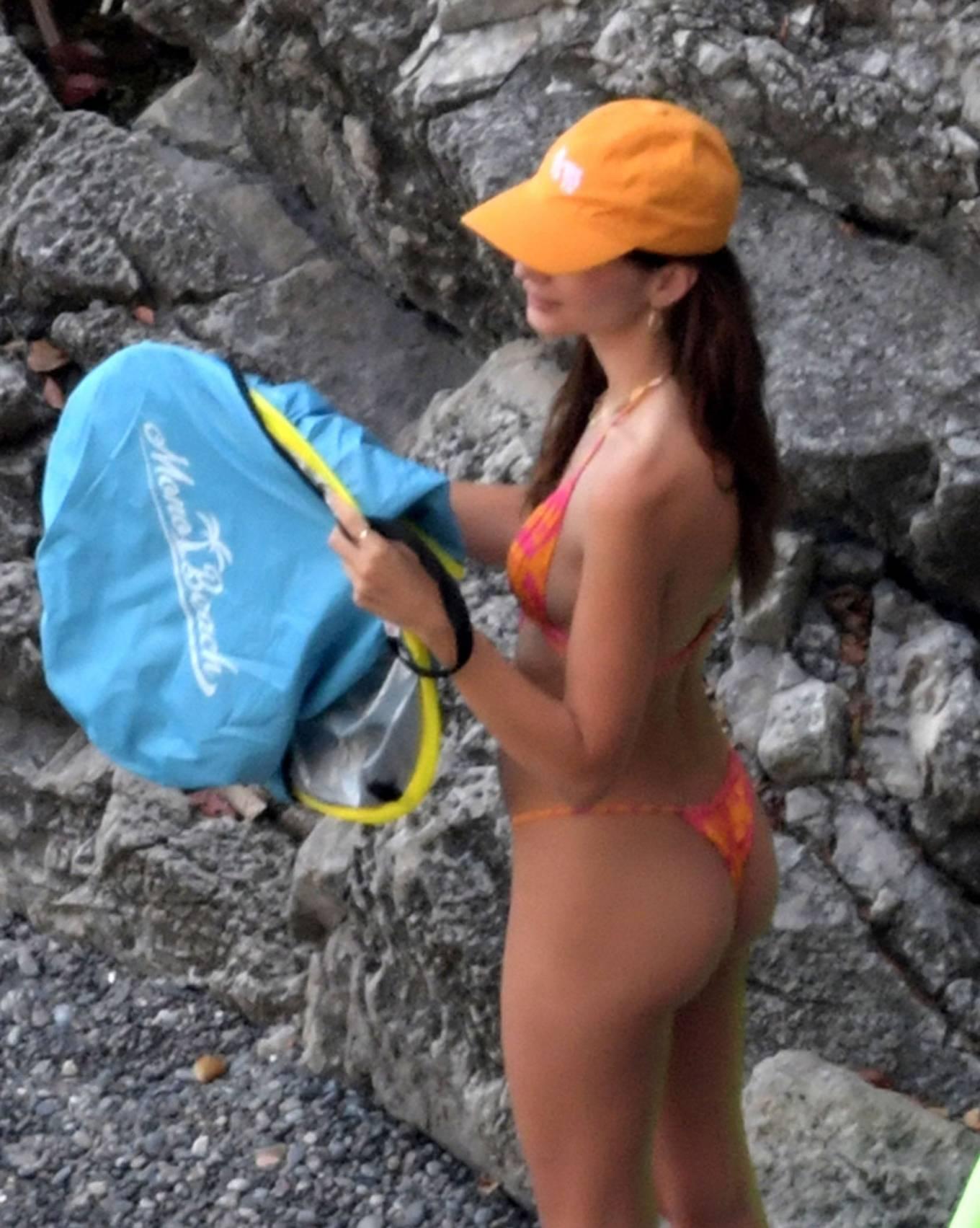 Emily-Ratajkowski-bi-color-bikini-top-bikini-autumn-winter-2021