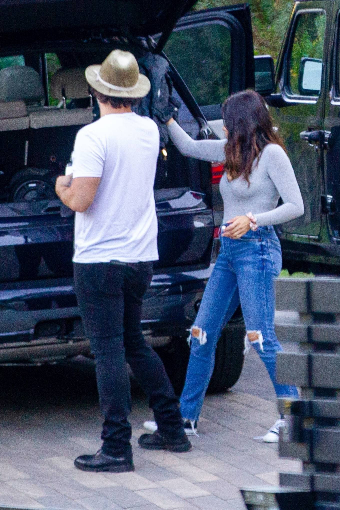 Jenna Dewan donning a Grey basic sweater with full sleeves and a crew neck