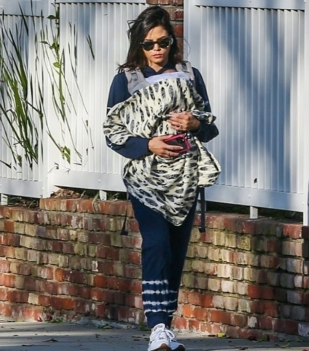 Jenna Dewan rocking a Navy blue printed hoodie with full sleeves and a crew neck
