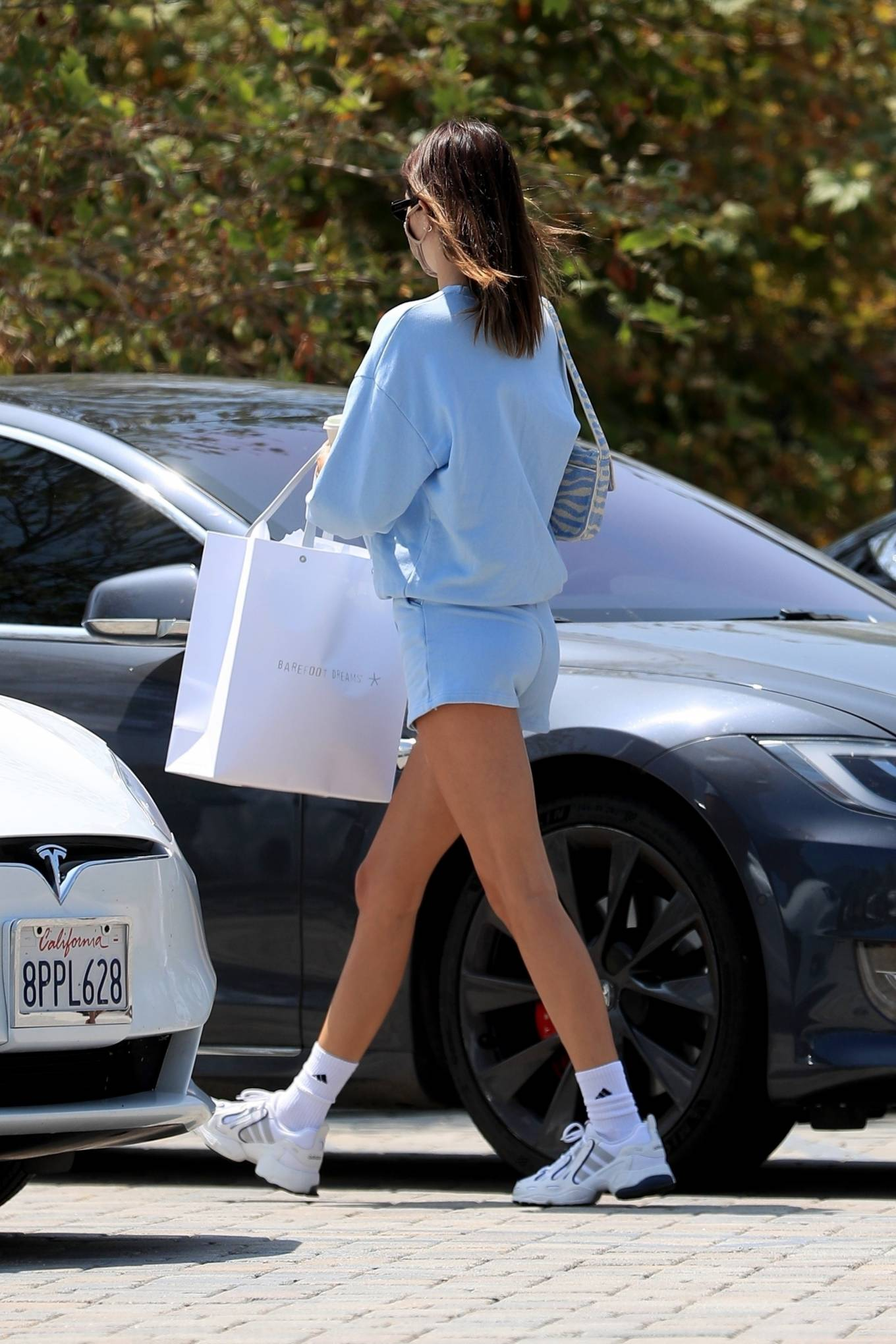 Kendall Jenner rocking a oversized blue sweatshirt with full sleeves