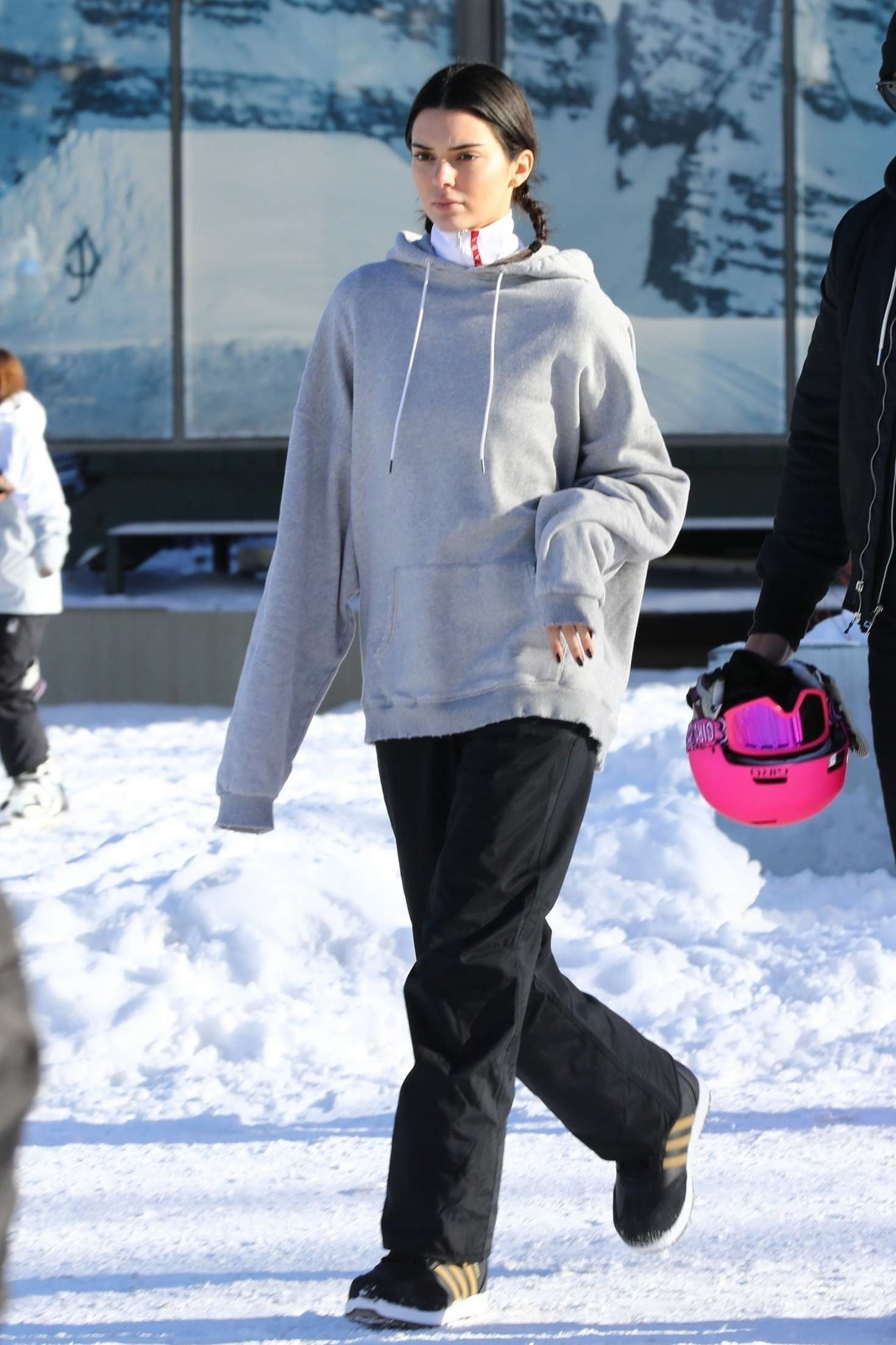 Kendall Jenner rocking a oversized grey sweatshirt with a woolen fabric, extra long sleeves and ribbed hem