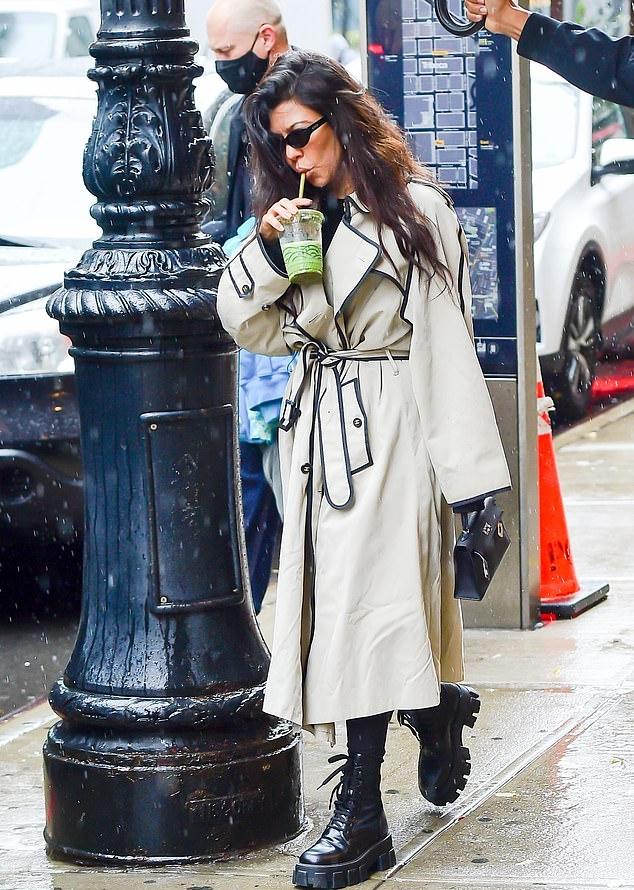 Kourtney Kardashian donning black skinny leggings