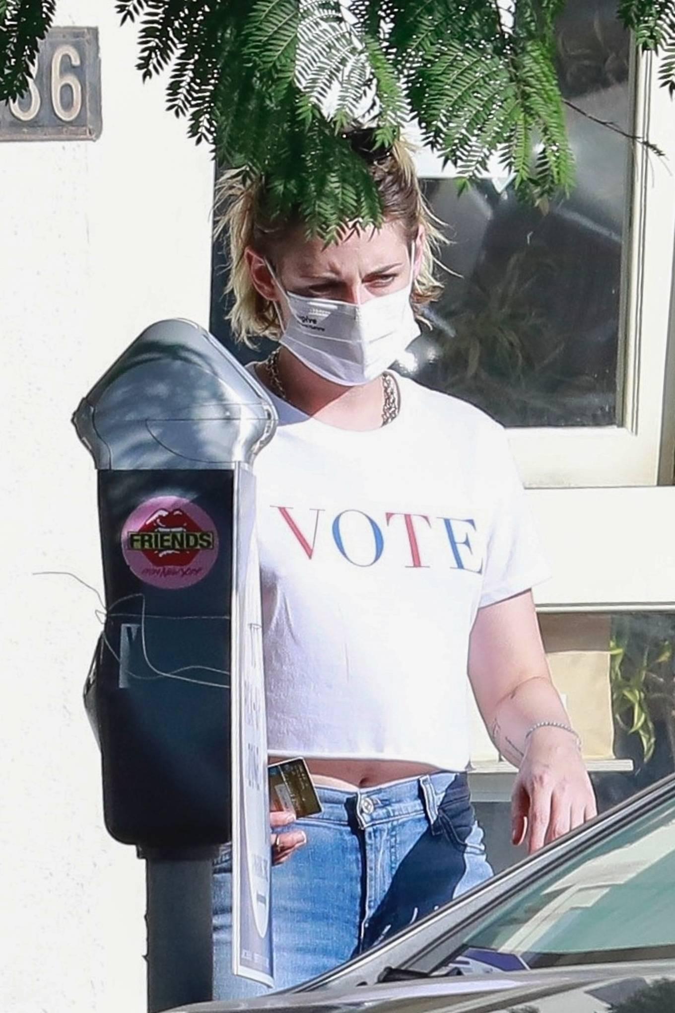 Kristen Stewart donning high waist blue denim jeans
