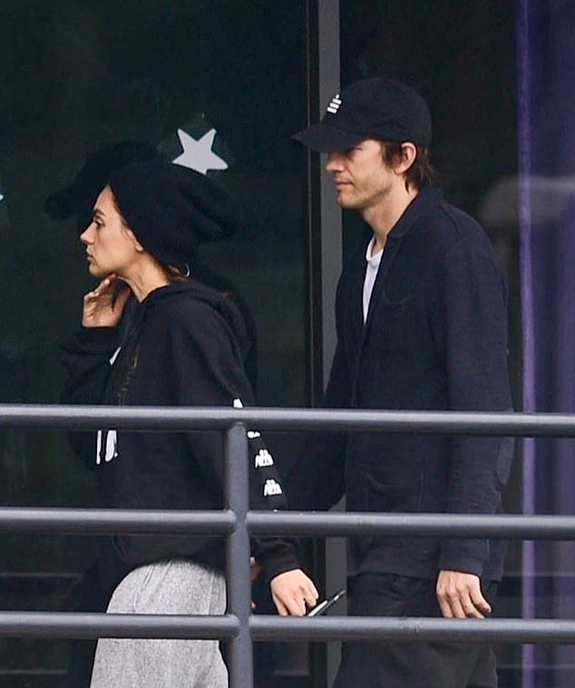Mila Kunis wearing a oversized black hoodie with a woolen material and full sleeves